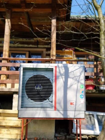 zainstalowana pompa ciepła Kołton przy domku jednorodzinnym