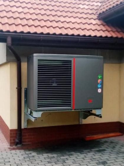 pompa ciepła Kołton zamocowana na ścianie budynku