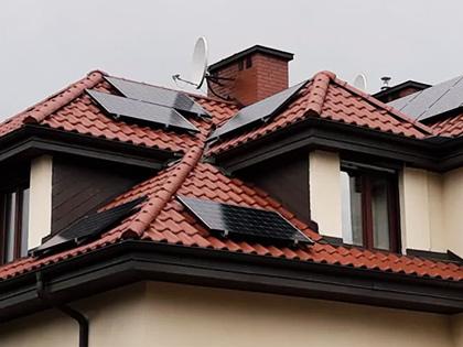 Dach domu wyposażony w panele fotowoltaiczne