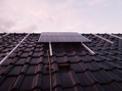 Zamocowane panele fotowoltaiczne na dachu budynku