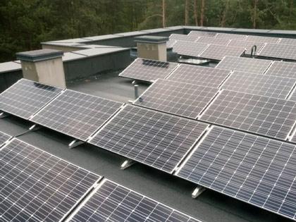 kompleks paneli fotowoltaicznych na dachu budynku