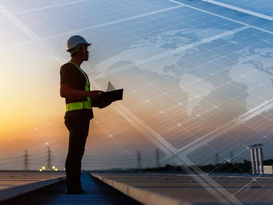 pracownik firmy monitoruje działanie paneli fotowoltaicznych